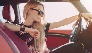 Блондинка и автомобильная выставка