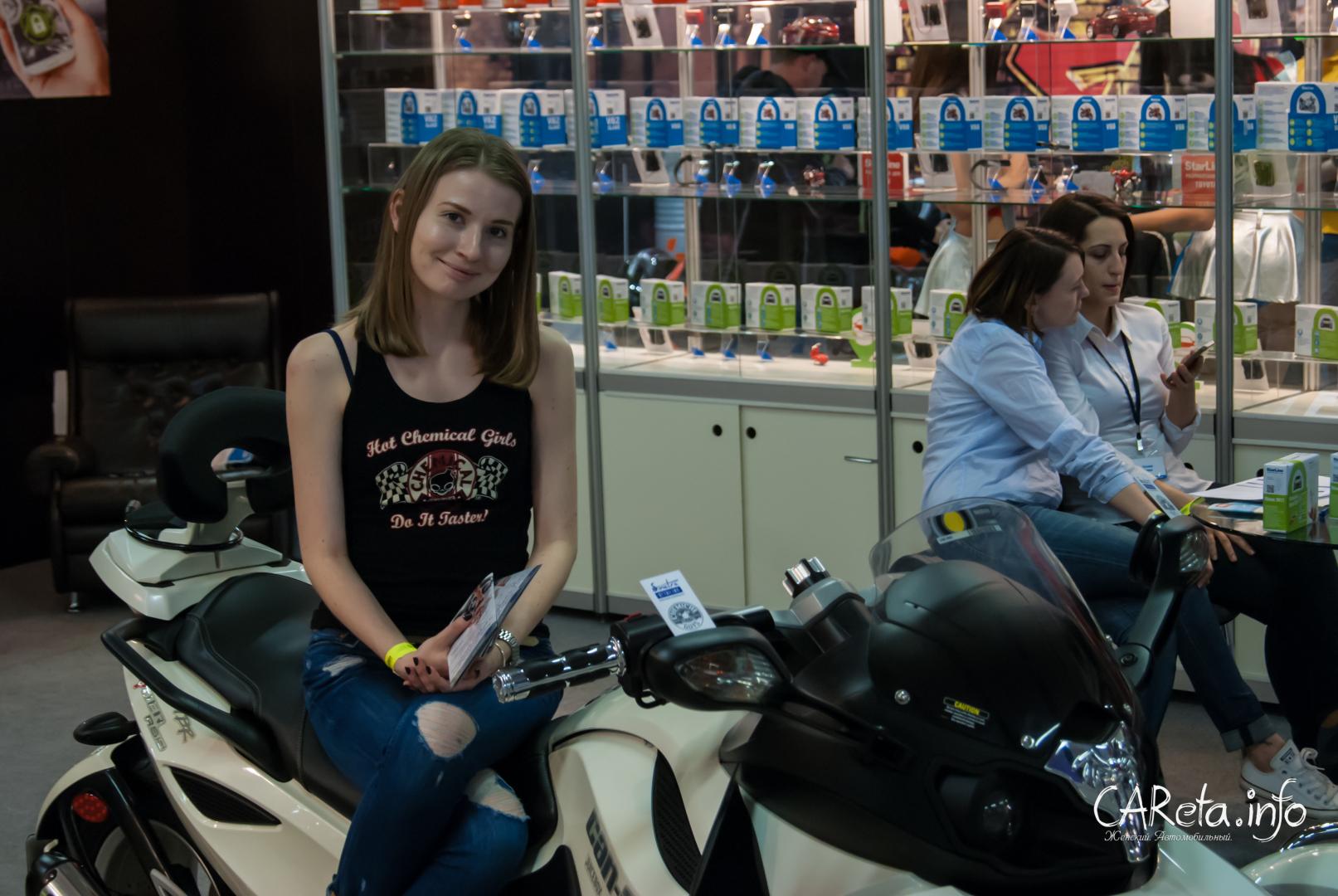 Холодны, как сталь: Девушки Международного мотосалона IMIS 2015