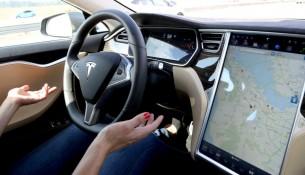 """Автомобили Tesla получили функцию """"подачи к водителю"""""""
