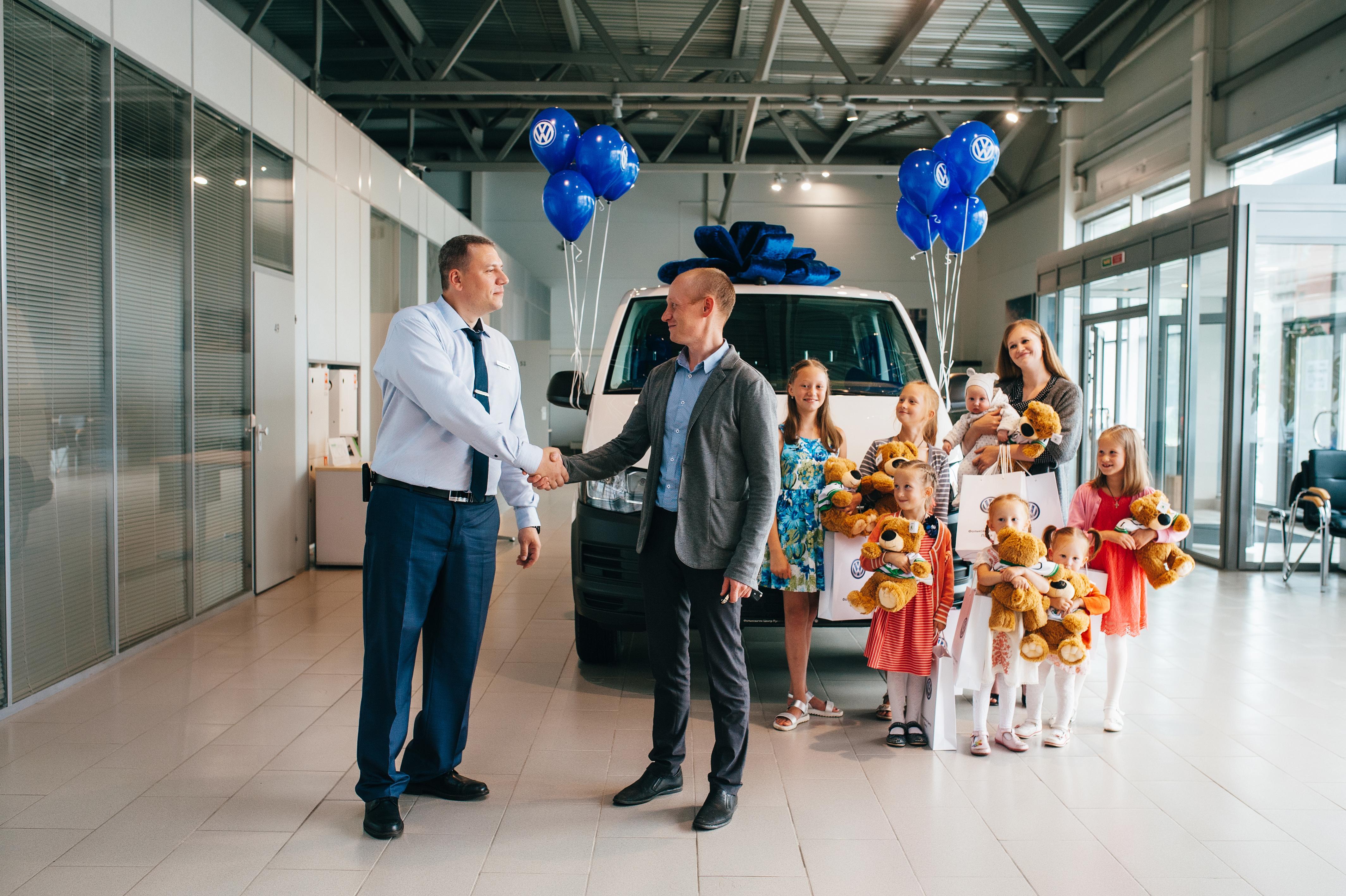 Фольксваген Центр Лахта передалавтомобиль Volkswagen Transporterмногодетной семье