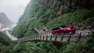 Гибридный Range Rover Sport прошел 999 ступеней