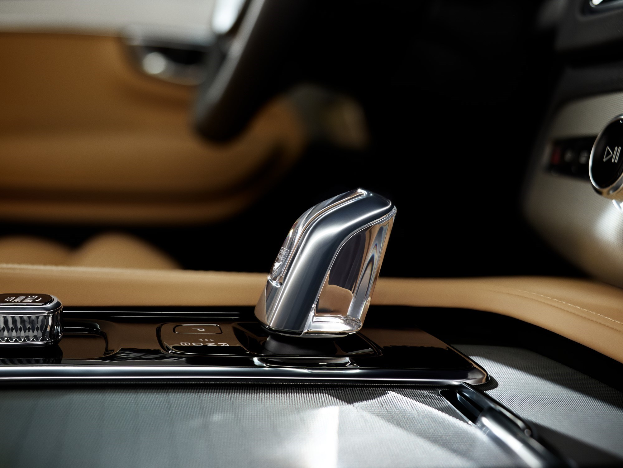 Volvo показала в России электрический XC90