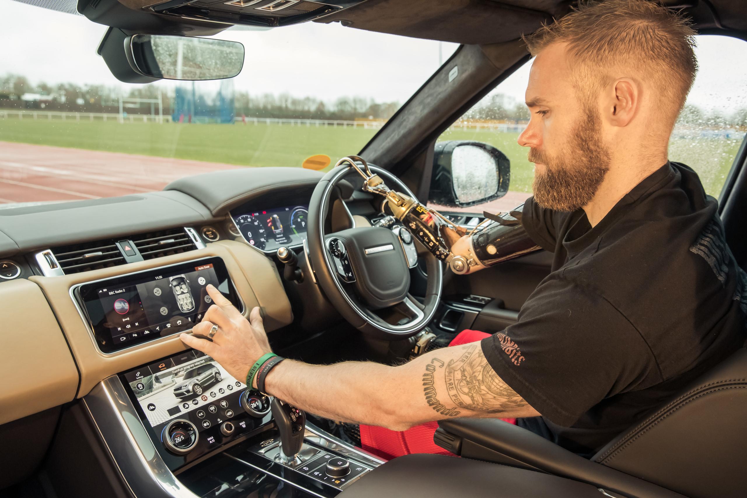 Land Rover разработал автоматические двери