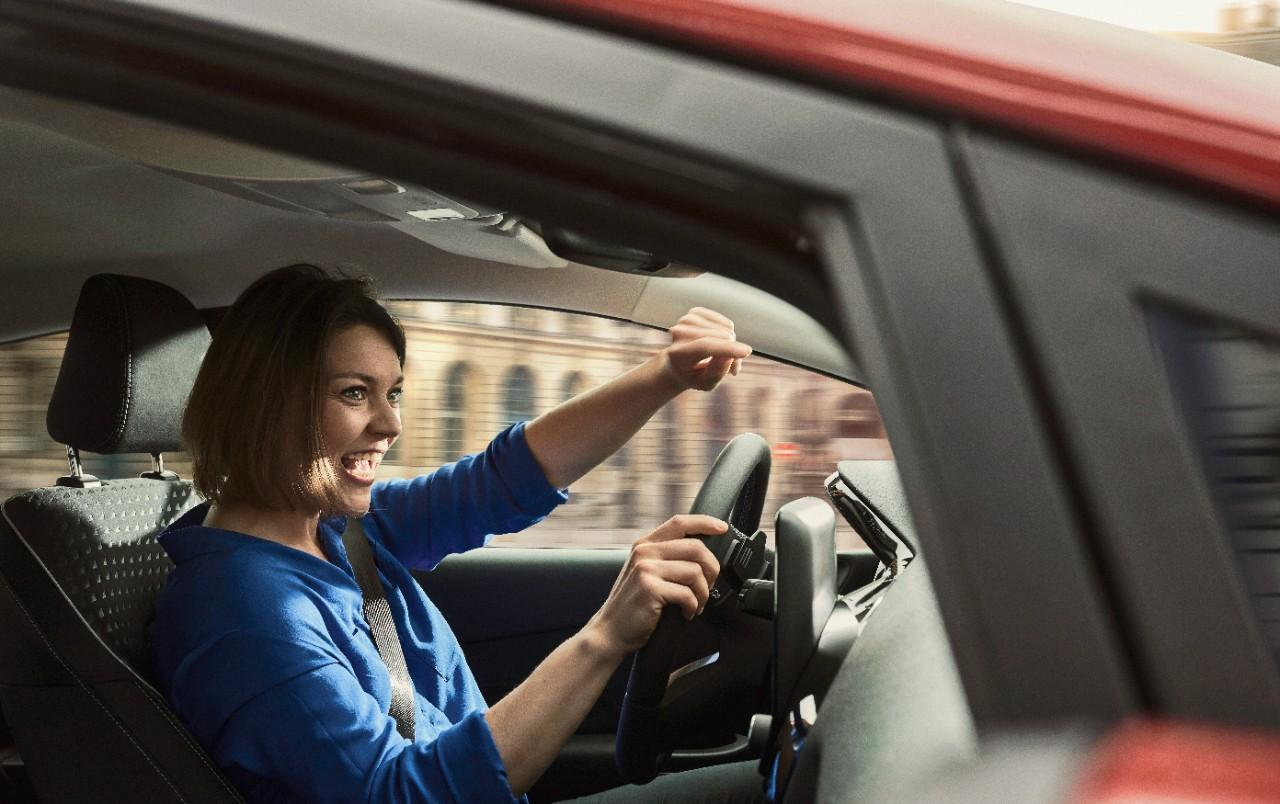 Каждая вторая женщина за рулем проверяет безопасность своих пассажиров