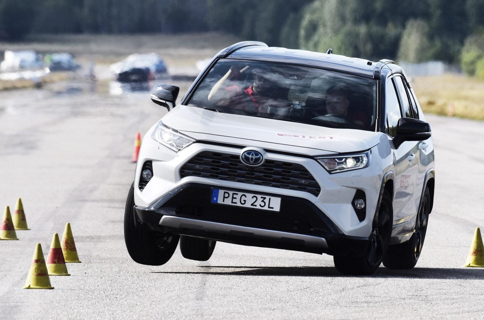 """Гибридный Toyota RAV4 провалил """"лосиный тест"""""""