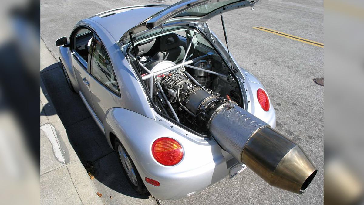 Реактивный VW Beetle с соплом и дырой в корме