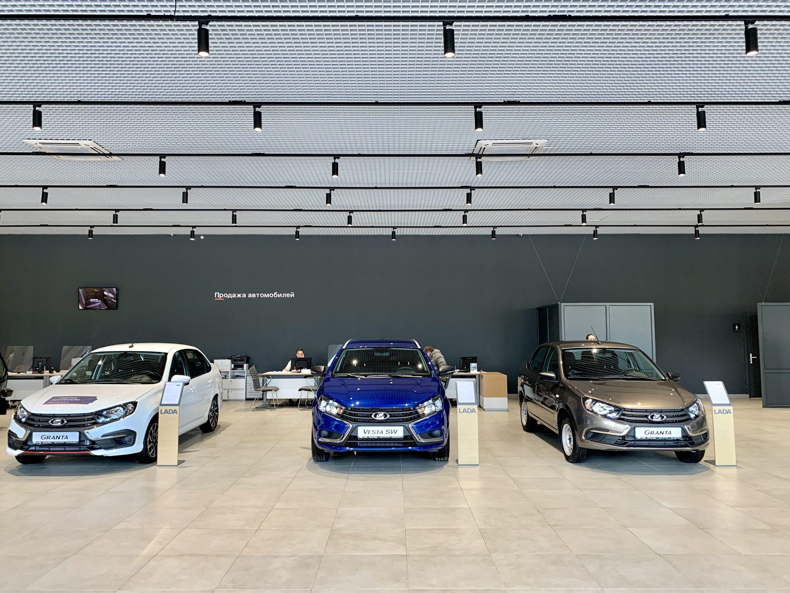 В СПб открылся самый крупный автосалон LADA