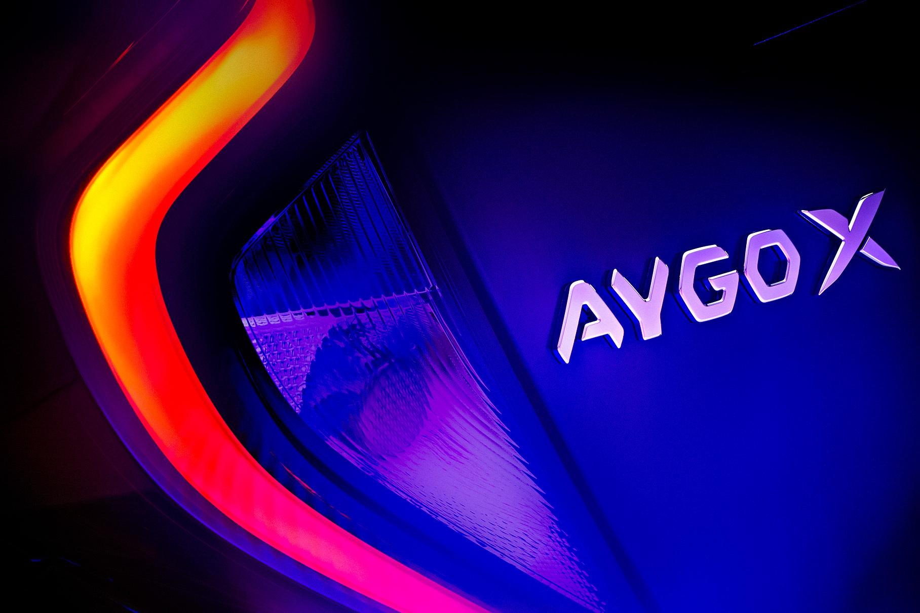 Первый тизер компактного кроссовера Toyota Aygo X